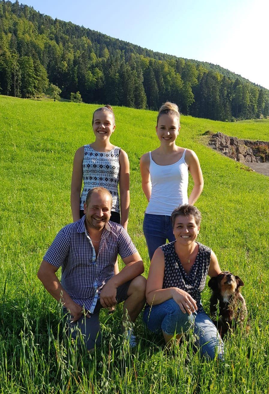 Sandra Mächler und Roman Ackermann mit ihren Töchtern Sonja und Gabriela.